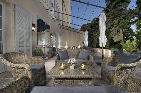 vinslott til leie i provence. Black Bedroom Furniture Sets. Home Design Ideas